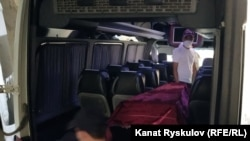 Микроавтобус с телом Азимжана Аскарова.