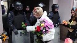 «НЕ БИЙ! КОХАЙ та ЗАХИЩАЙ!» – українські дівчата зваблювали Беркут і дарували квіти
