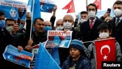 Акция протеста против визита государственного советника Китая и министра иностранных дел Ван И в турецкую столицу перед посольством Китая в Анкаре, Турция, 25 марта 2021 года.
