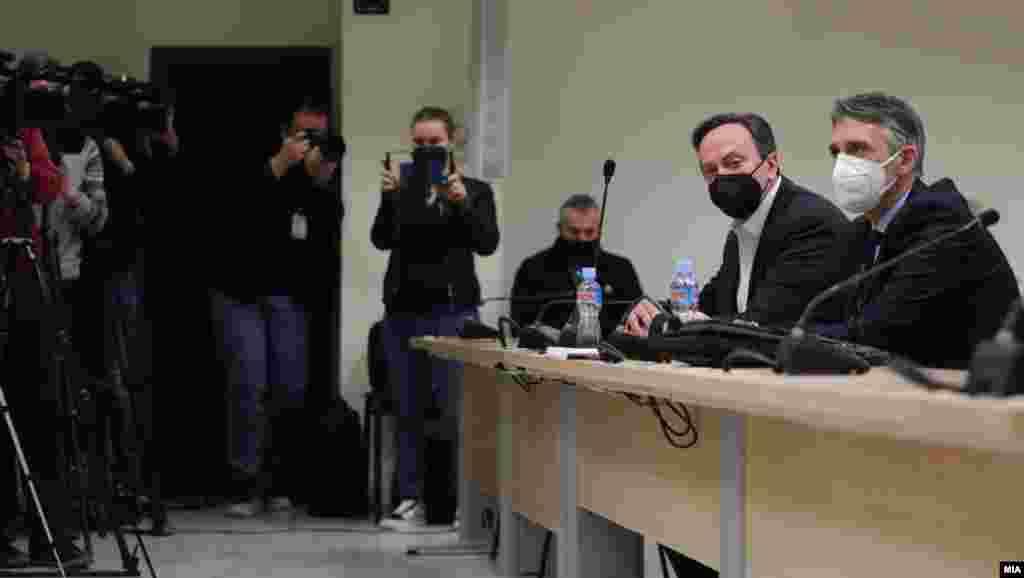 МАКЕДОНИЈА - Судот денеска ги прогласи за виновни поранешниот директор на Управата за безбедност и контра-разузнавање (УБК), Сашо Мијалков, и поранешните високи функционери во УБК, Тони Јакимовски, Небојша Стајковиќ и Горан Грујевски за злоупотреба на службена положба и помагање во судскиот случај Трезор. Мијалков доби 8 години затворска казна нови 30 дена притвор.
