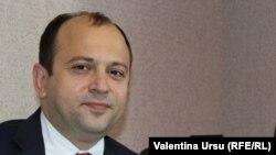 Ministrul de externe Oleg Țulea în septembrie, în studioul Europei Libere de la Chișinău.