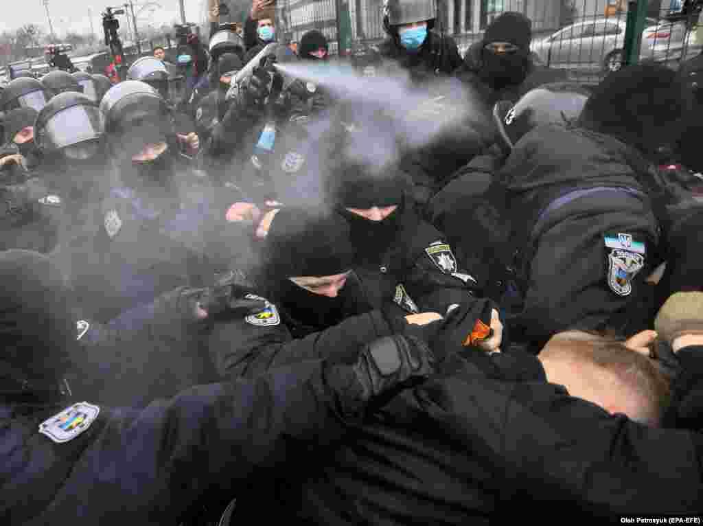Protestuesit ultra të djathtë në Ukrainë përleshen me forcat policore jashtë ndërtesës së televizionit Kyiev TV. Protestuesit thanë se ky televizion po transmeton propagandë pro-ruse. (epa-EFE/Oleg Petrasyuk)