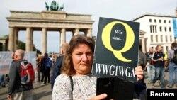 Берлиндеги Бранденбург дарбазасынын жанында өтүп жаткан митингдин катышуучусу. 29-август, 2020-жыл.