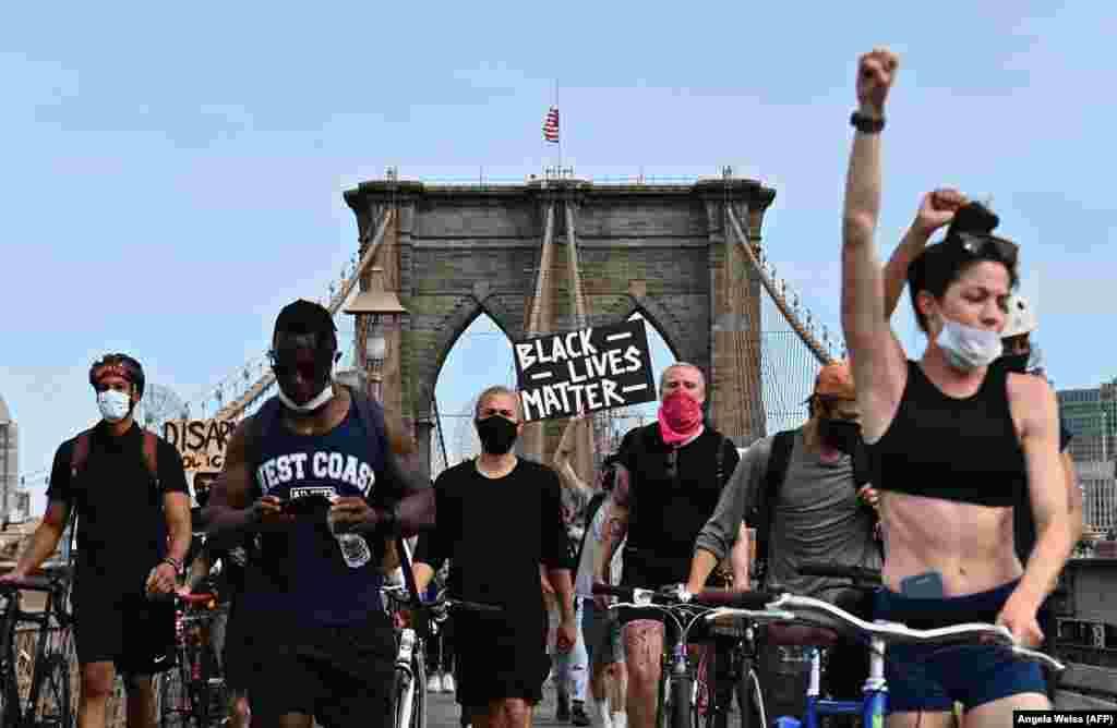 Хода учасників протесту на Бруклінському мосту в Нью-Йорку.Демонстранти вимагають справедливості та зміни поліцейських практик затримання. Нью-Йорк, 4 червня 2020 року. Протести розпочалися через смерть афроамериканця Джорджа Флойда в Міннеаполісі, коли білий офіцер при затриманні тиснув коліном на горло афроамериканця майже 9 хвилин, що призвело до його загибелі