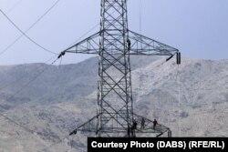 Жоғары кернеулі электр желісі мұнарасына шығып, жұмыс істеп жүрген адамдар. Ауғанстан, 6 шілде 2021 ж.