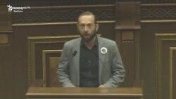 Ermənistan parlamentində fişəngli aksiya