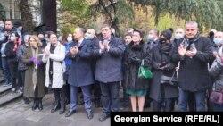 Gürcüstan müxalifəti parlament binasının yaxınlığında memorandum imzalayıb