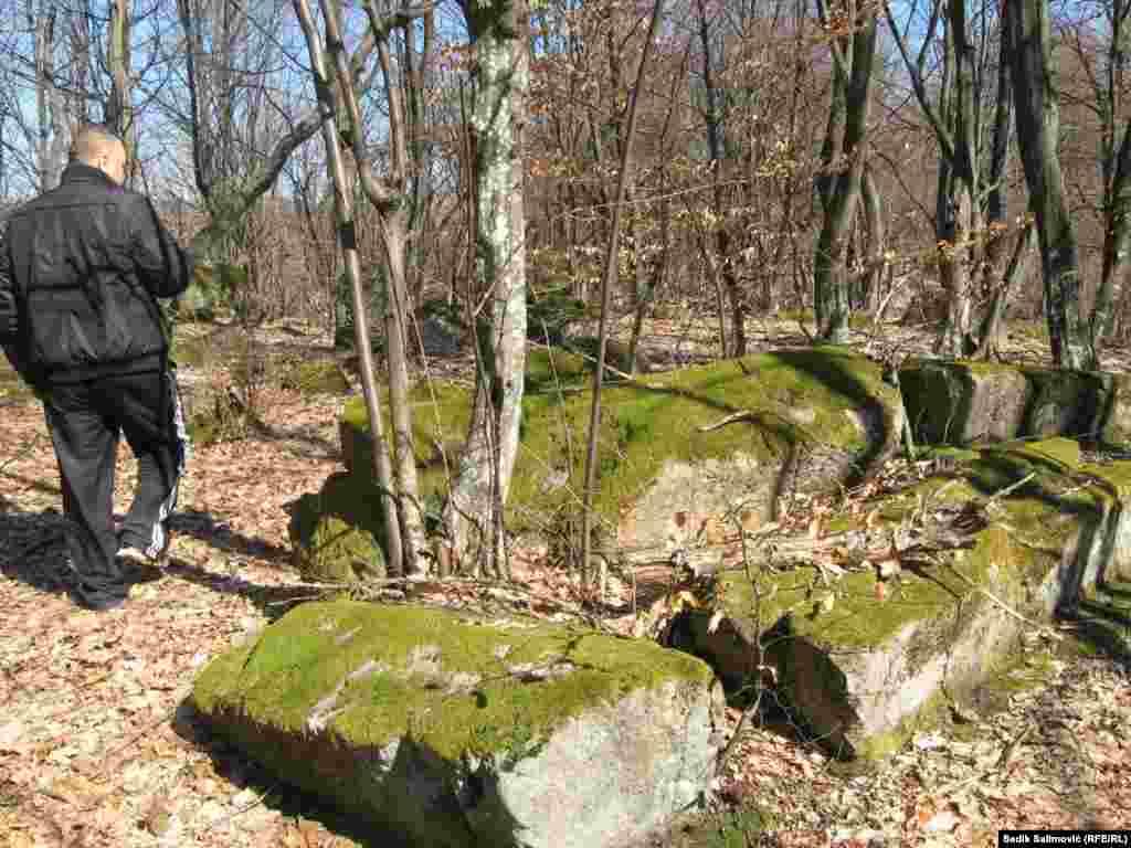 Stećci na području opštine Srebrenica smješteni su pretežno na uzvišenjima i u blizini nema kamenoloma i veliko je pitanje na koji način su stećci dopremljeni na sami vrh brda.