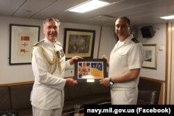 Адмірал Тоні Радакін (зліва) і контрадмірал Олексій Неїжпапа, 21 червня 2021 року