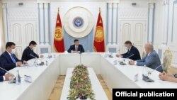 Президент Сооронбай Жээнбеков Орусиядан Кыргызстанга келген дарыгерлердин жетекчиси менен жолугушуу учуру. 24-июль, 2020-жыл.