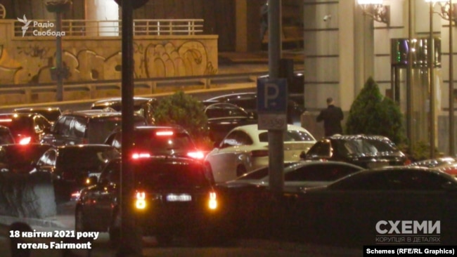 Близько 21-ї, за спостереженнями журналістів, на парковці готелю вже не було вільного місця