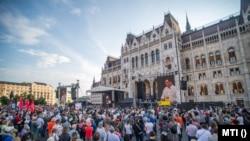 Karácsony Gergely főpolgármester, beszédet mond a kínai Fudan Egyetem budapesti kampuszának létrehozása ellen meghirdetett tüntetésen a Parlament előtt, a Kossuth Lajos téren 2021. június 5-én