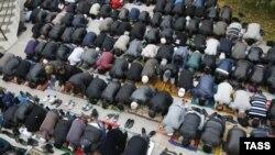Ростов-на-Дону. Мусульмане во время исламского праздника Курбан-байрам у мечети на Фурмановской улице