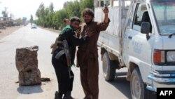 همزمان با تشدید درگیریها در افغانستان، پلیس مردی را بازرسی بدنی میکند