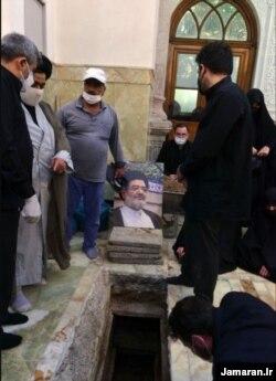 عکسی از مراسم تدفین علیاکبر محتشمیپور در حرم شاهعبدالعظیم، ۱۸ خرداد ۱۴۰۰