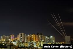 Sistemul antirachetă Iron Dome interceptează rachete lansate din Fâșia Gaza către Israe. Imagine realizată în Ashkelon/Israel, pe 18 mai 2021. REUTERS / Amir Cohen