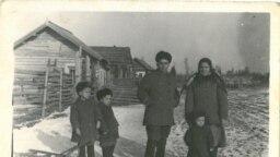 Copilărie în Siberia. Iarna anului 1956. Familia Ghieș, în fața casei lor din bârne: Vasile, Maria și fiii lor: Teodor, Victor și Grigore, născuți în locul de deportare.