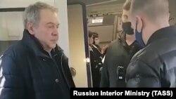 Boris Mazo (stânga), pe aeroportul din Viena. 25 martie 2021