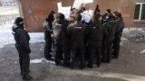 """Полиция жасағының бейбіт шерушілерді тар қоршауға алуы. Алматы, 10 қаңтар 2021 жыл. """"Кеттлинг"""" дейтін бұл әдісті құқық қорғау органдары 16 желтоқсаннан бастап қолдана бастады."""