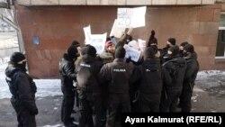 Участники движения «Oyan, Qazaqstan» в кольце СОБРа. Алматы, 10 января 2021 года.