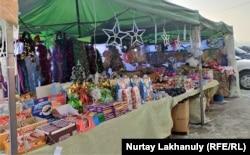 Прилавки с новогодними товарами и сладостями на рынке «Кенжехан».
