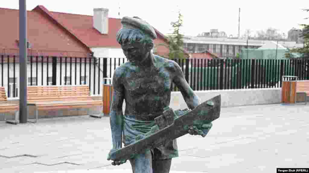 Оригінал скульптури давно втрачений, тому скульптор Василь Вершинін відтворив модель за деякими збереженими фотографіями