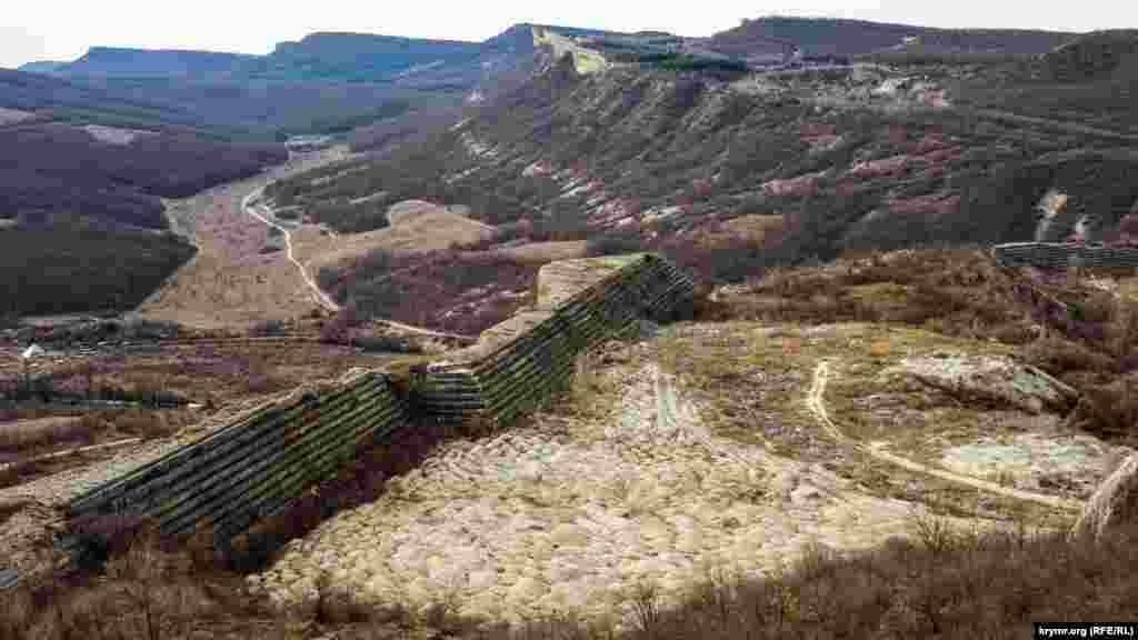 Старый карьер на юго-западном крае куэстовой гряды, что по соседству с Баклой, превращен в свалку. Как рассказывают старожилы, местный завод строительных материалов прекратил резать там альминские блоки в начале 70-х годов прошлого столетия