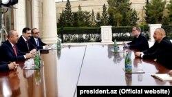Встреча министра иностранных дел Турции Мевлюта Чавушоглу (слева) и президента Азербайджана Ильхама Алиева, 6 октября 2020 г.