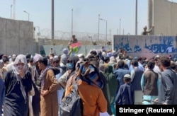 Толпы людей показывают свои документы военнослужащим США в аэропорту в Кабуле перед взрывами 26 августа