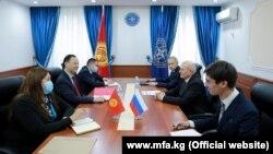 Тышкы иштер министри Руслан Казакбаев Орусиянын Кыргызстандагы элчиси Николай Удовиченкону кабыл алды.