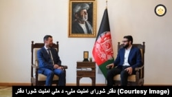 حمدالله محب، مشاور شورای امنیت ملی افغانستان (راست) و توماس نیکلسن، نمانیده ویژه اتحادیه اروپا برای افغانستان