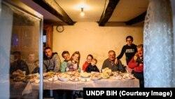 Jovo i Smilja Skočo sa djecom i unicima u svojoj kući u koju je nakon više od četiri decenije stigla struja
