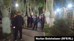 Ички иштер министрлигинин имаратынын жанына чогулган Орозайым Нарматованын тарапташтары.