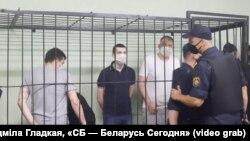 Закрыты суд над блогерамі іпалітыкамі ў гомельскім СІЗА. Ігар Лосік стаіць уклетцы ў цёмнай кашулі. 24 чэрвеня 2021 году.