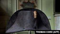 Napóleon híres sisakja Bruno Ledoux magángyűjteményének tárgyát képzi.