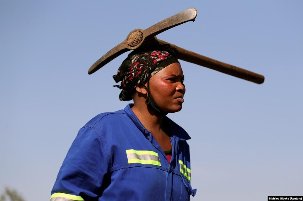 Ekonomia e Afrikës së Jugut prej kohësh vuan nga nivele tejet të larta të papunësisë, që ka lënë miliona njerëz në varfëri dhe që ka ndikuar në pabarazi të dukshme, e cila vazhdon kur po bëhen gati tri dekada nga fundi i aparteidit më 1994. Pandemia e koronavirusit vetëm e ka përkeqësuar gjendjen e qytetarëve.