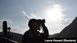 Pripadnik Specijalne policije Kosova nadgleda vazdušni prostor kod prelaza Jarinje na Kosovu, septembra 2021.