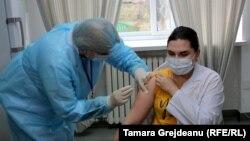 """Studenții de la Universitatea de Stat de Medicină și Farmacie """"Nicolae Testemițanu"""" sunt vaccinați împotriva Covid-19."""