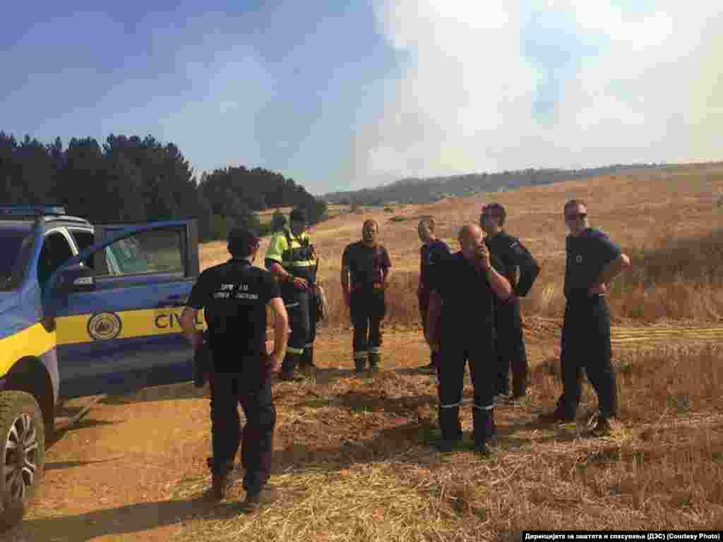 Припадници на Дирекцијата за заштита и спасување (ДЗС) на терен во Пехчевскиот регион се справуваат со пожарите