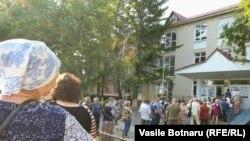 Черга на одній з виборчих дільниць у Кишиневі