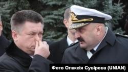 Міністр оборони України Павло Лебедєв (ліворуч) та командувач ВМС ЗСУ Юрій Ільїн. Севастополь, 20 лютого 2013 року