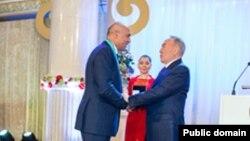 Феттах Таминже Астана күніне орай Қазақстан президенті Нұрсұлтан Назарбаевтың қолынан марапат алып тұр. Ол Астана қаласының құрметті азаматы деп танылды. 2014 жыл 16 шілде. Сурет Rixos Almaty қонақүйінің әлеуметтік желідегі ресми парақшасынан алынды.