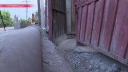 Замуровали: из-за ремонта на улице ее жители не могут открыть двери и выйти из домов