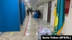 Голосование на избирательном участке во время выборов в мажилис и маслихаты 10 января.