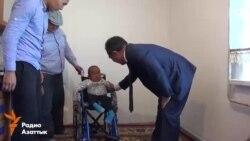 Министр передал Нуржигиту кресло-коляску