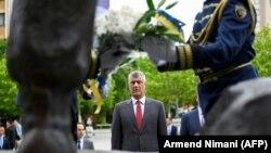 კოსოვოს პრეზიდენტი, ჰაშიმ ტაჩი, კოსოვოს განთავისუფლების არმიის მემორიალთან, 2020 წლის ივნისი