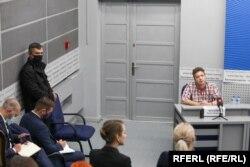 Раман Пратасевіч на брыфінгу МЗС аб пасадцы самалёта Ryanair (ахова зьлева).