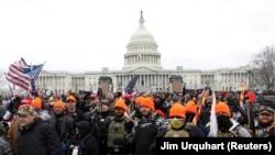 """Участники крайне правой группировки """"Гордые парни"""" у здания Капитолия 6 января 2021"""