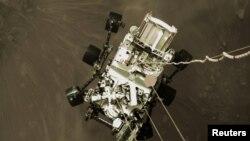 Алты дөңгөлөктүү аппараттын Марстын бетине конуп жаткан учуру