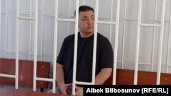 """Мелис Аспеков """"Опузалап талап кылуу"""" жана """"Алдамчылык"""" беренелери менен айыпталып жатат."""
